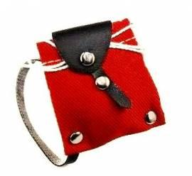 Klitzekleiner Miniatur Rucksack, ca. 3 x 4 cm,  aus rotem  Baumwoll-Köper für die Puppe - Bild vergrößern